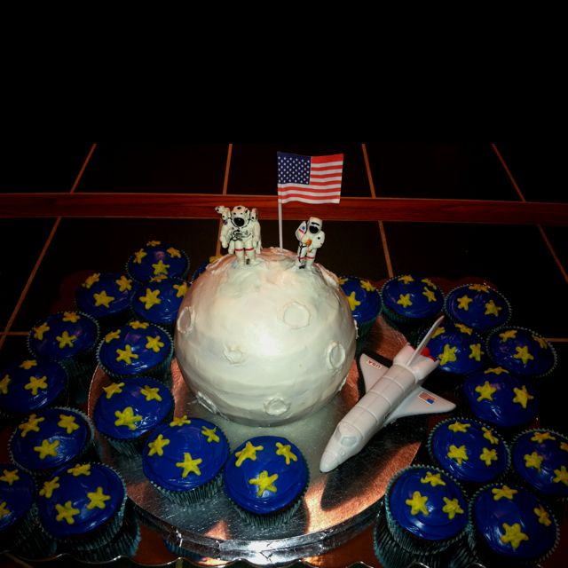 Moon and outer space cake i made for kayden 39 s 4th birthday for Outer space cake design