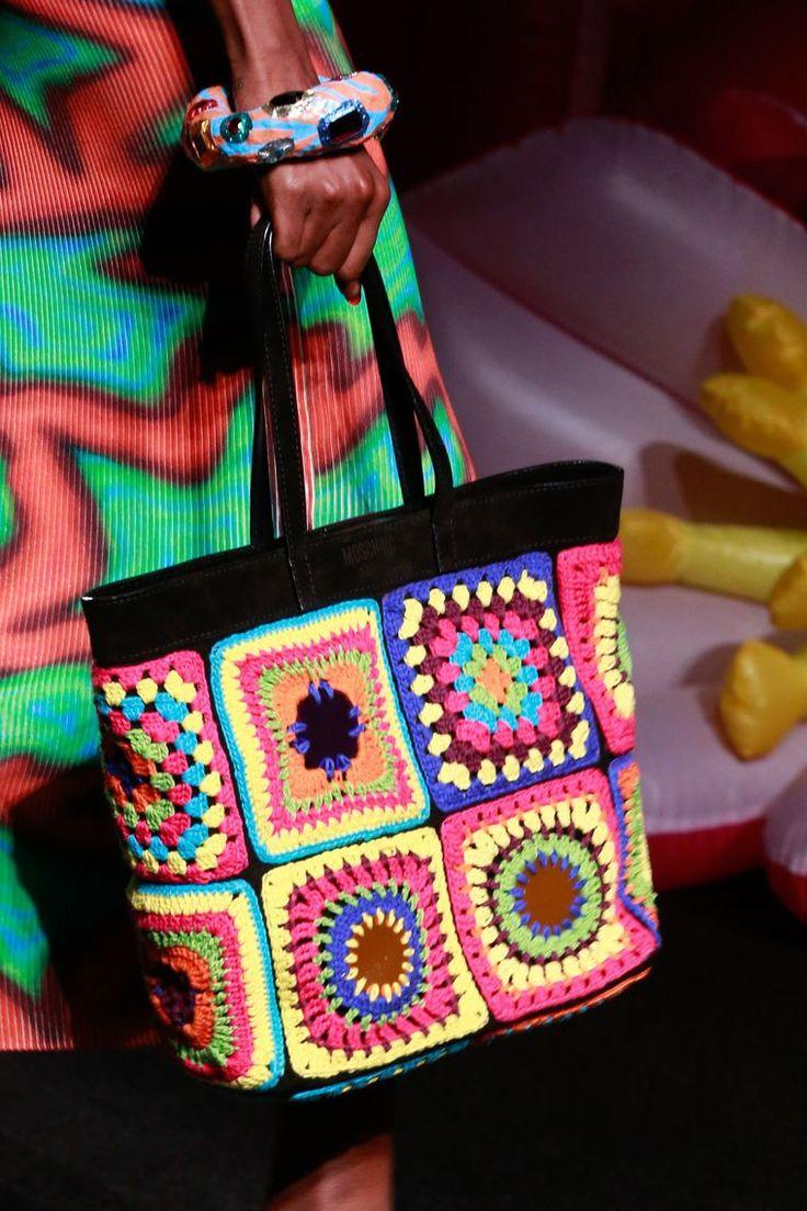 В пятницу, 10 июня, в Лос-Анжелесе, прошел показ курортной коллекции Moschino 2017. Креативный директор бренда Джереми Скотт представил яркую коллекцию, миксуя стили хиппи 60х, поп-культуру 90х и традиционные индийские мотивы. Звездой шоу стало вязаное крючком платье, это по мнению вязальщицы и любительницы granny squares, т.е. по моему мнению. Когда видишь, это платье первый раз, кажется стишком…