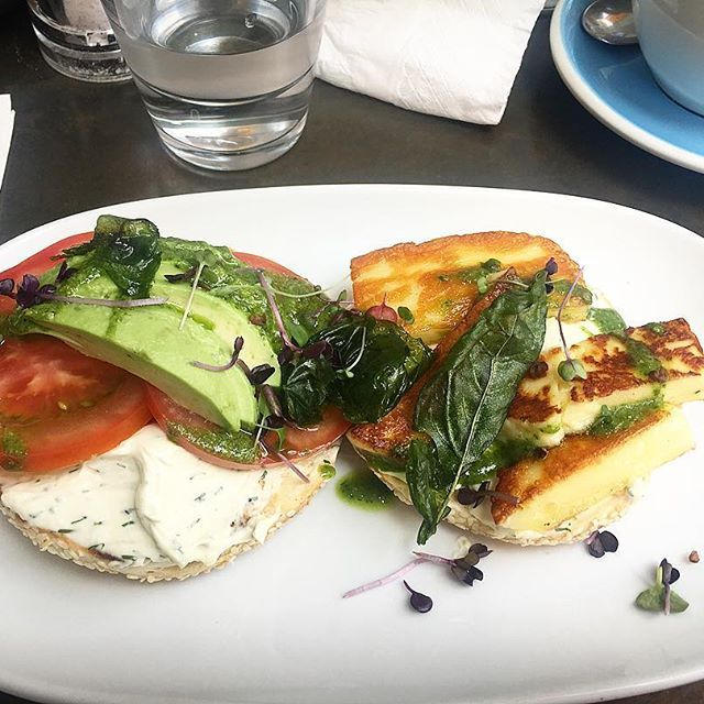 This has got to be one of our favourite spots in Auckland! ☀️The halloumi bagels from @honeycafe_takapuna are an absolute winner!