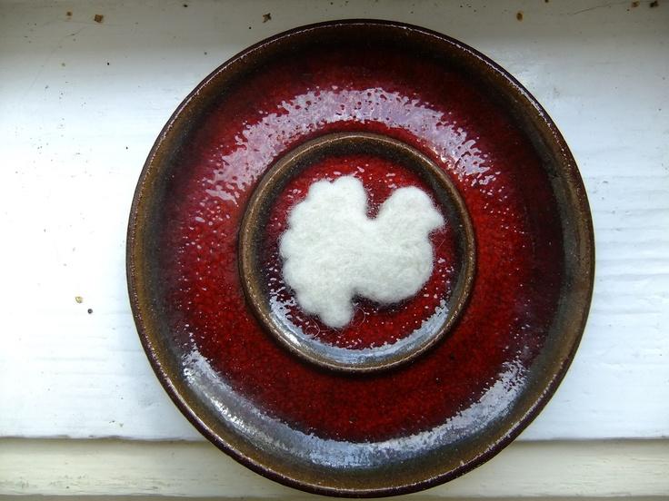 Holubičko bílá... V jednoduchosti je krása... Jednoduchá, ale něžná holubička rozjasní kdejaký tmavý podzimní kabátek. Holubička je uplstěna na sucho z jemného ovčího rouna (na ovečky upomínají jemné přečnívající chloupky po okrajích, které brožce propůjčují ovčí, měkké a chundelaté, kouzlo...) Velikost brože: cca 4,3 x 4,2 cm, přilepena na 2,5 cm ...