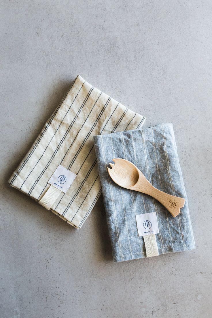 """Dimensions..Dimensions 16 po de longueur x 16 po de hauteur..16""""long x 16"""" high Matière..Material La serviette est faite de matières issues de l'agriculture biologique :..The napkin is made from organic crops: 50 % chanvre et 50 % coton.. 50% Hemp & 50% Cotton L'ustens"""