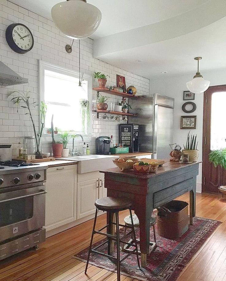 En mi cocina no puede faltar una ventana delante del fregadero, cualquier mueble acogedor que haga función de isla y los azulejos blancos.