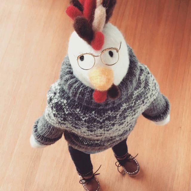出来ました!!ニワトリ君🐔 . 服着せたかったのはこの子です😄下手ですが、ブーツも一応作りました💦 . 横から見ると、めっちゃスラッとしています😁別アングルはまた後程。 . 今月末締切の年賀状デザインコンテストに出してみようかと思ってます😚 . 雌鳥も作りたいけど、間に合わなさそう…😭まだ作る物があるので、引き続き頑張ります💪 . #羊毛フェルト #年賀状 #にわとり #ニワトリ #鶏 #酉年 #ハンドメイド #手作り #needlefelting #woolfelt #handmade #