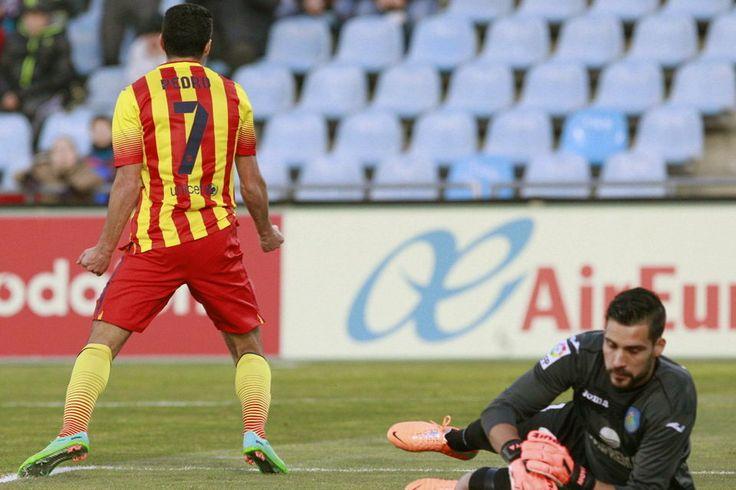 El delantero del Barcelona Pedro Rodríguez celebra uno de sus goles ante el portero del Getafe, Miguel Angel Moyá