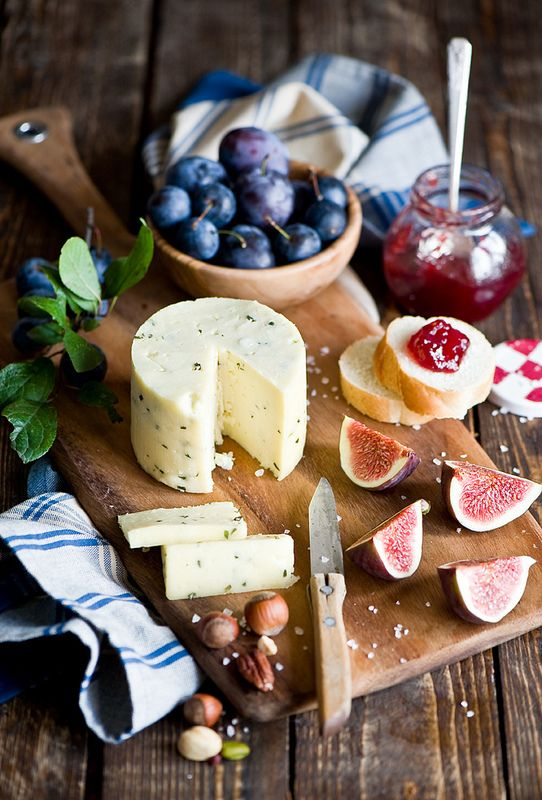 Roquefort cheese (blue cheese), figs, plums and toast with jam.