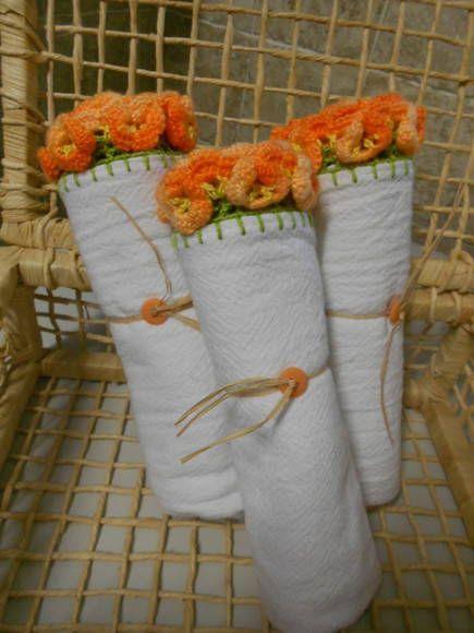PRONTA ENTREGA. Pano de prato com barra em crochê motivo flor laranja. Medida aprox. 50cm x 70cm Confeccionado em pano de saco da melhor qualidade. Para maiores quantidades consultar prazo de entrega. R$ 20,00