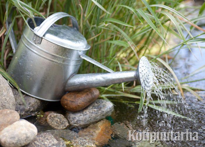 Kastelukannu vesiaiheena - ihana toteutus tutusta ideasta! www.kotipuutarha.fi