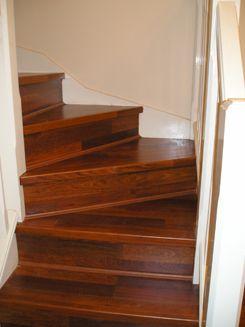 O piso laminado na escada é bem fácil de manter limpo.