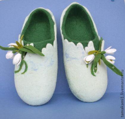 """Felted slippers spring flowers Обувь ручной работы. Ярмарка Мастеров - ручная работа Тапочки домашние """" Весенняя проталинка"""". Handmade."""