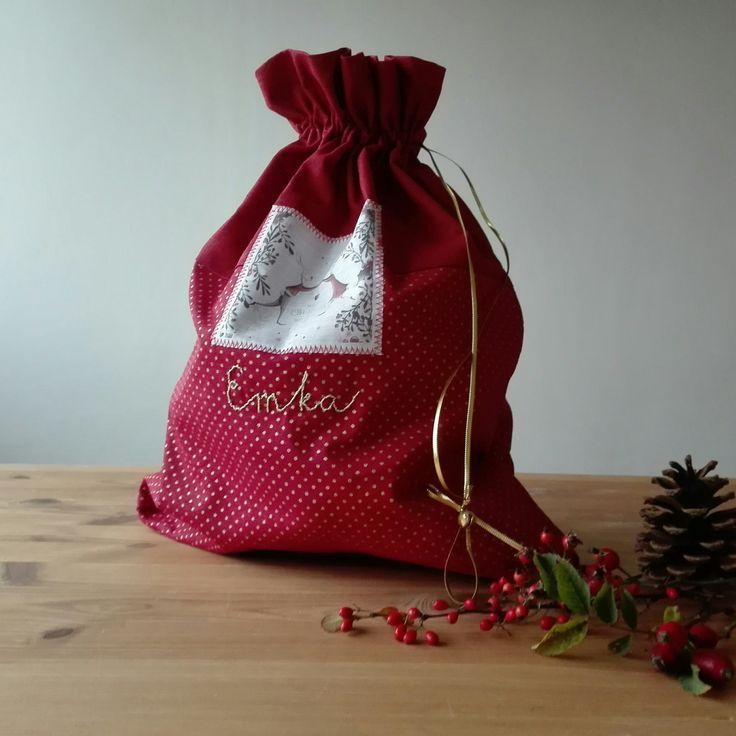 Veselý+vánoční+pytlík+Veselý+vánoční+nebo+mikulášský+pytlík+na+dáreček+s+vyšitým+jménem.+Pytlík+je+ušitý+z+krásných+bavlněných+látek,+ozdobila+jsem+ho+našitým+obrázkem+se+zajíčky.+Tyto+pytlíky+mají+svého+majitele,+ráda+vám+vyrobím+pytlíček+se+jménem+vašeho+zlatíčka.+Výšivka+je+béžová+se+zlatou+nitkou.+Stáhuje+se+zlatým+provázkem+s+rolničkou,...
