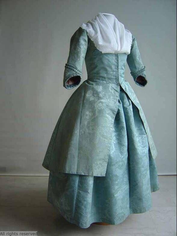 Caraco en petticoat, 1780-1800.lichtblauwe zijden damst met blauwe linnen voering.  Noord-Holland  Zaanstreek