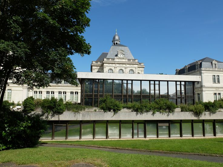 Le palais vu de la pelouse - Photo MNC