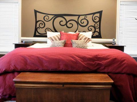5 cabeceros de cama sencillos, originales y que puedes hacer tú: Vinilo decorativo en la cabecera de la cama