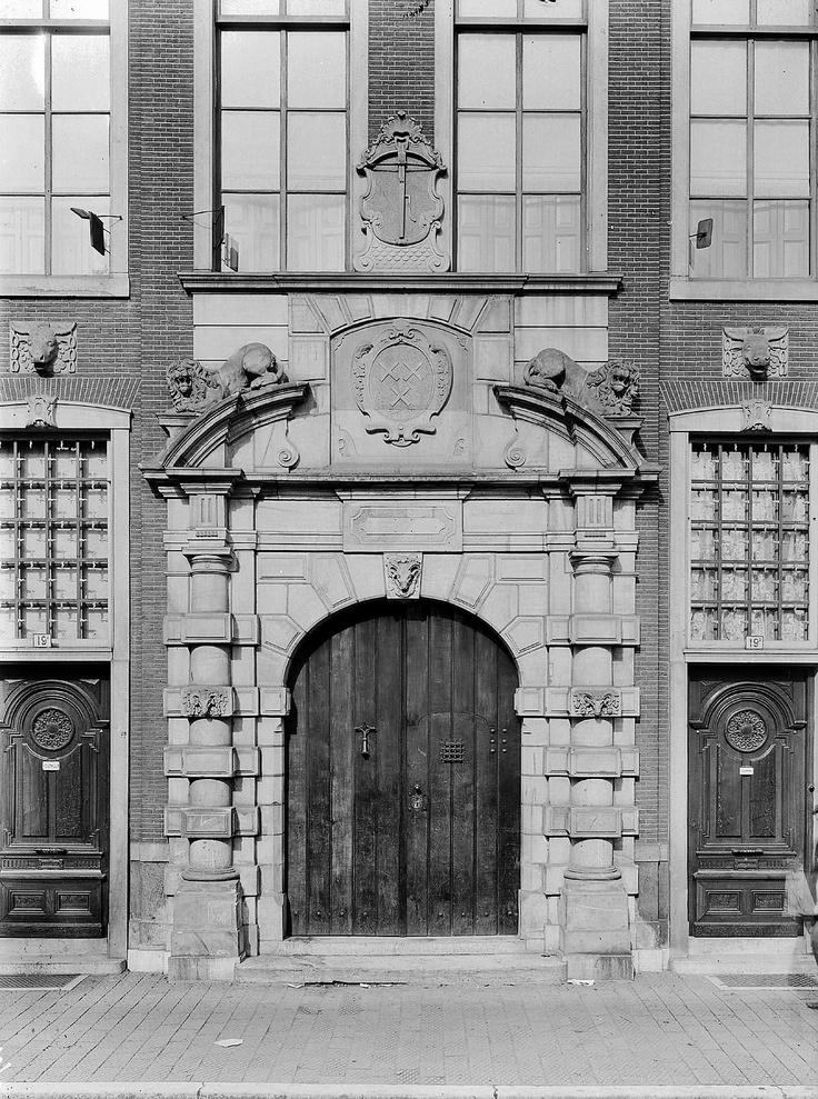 Breda. Breda. Grote Markt - Boterhal - Zicht op de natuurstenen toegangspoort, geflankeerd door gesneden deuren. 1909.