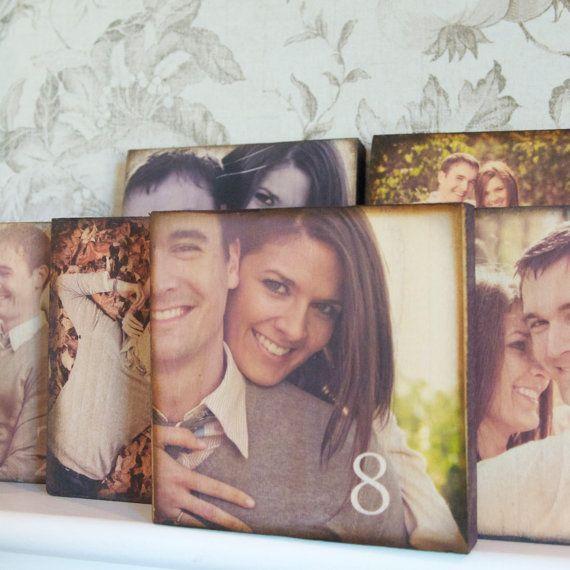 Muy shabby chic, estos bloques de madera con fotos de la pareja, hacen de números para bodas originales.