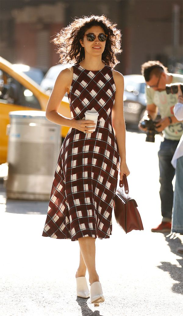 Street style look com vestido xadrez.