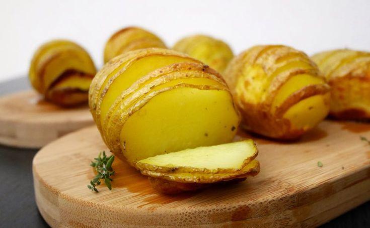 Le patate a fisarmonica sono una sfiziosa variante delle classiche patate al forno.