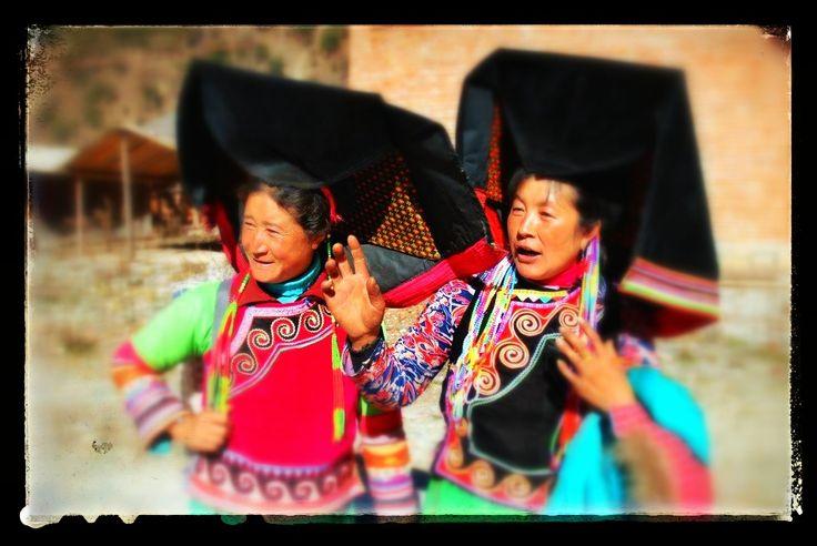 Mujeres en trajes tradicionales. Yunnan, China. 2007. Las encontramos en la carretera.