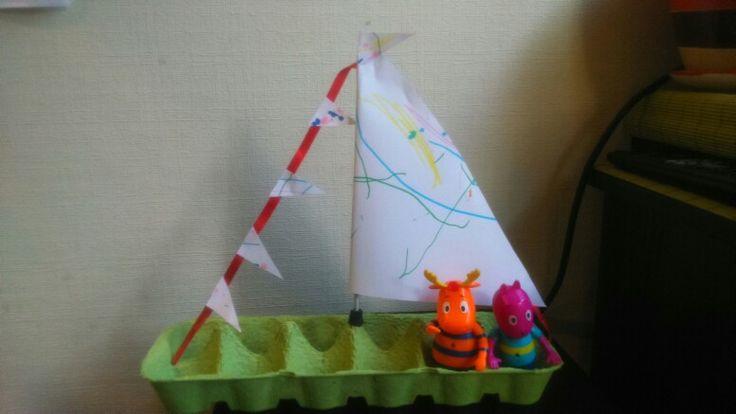 Barco de caja de huevos