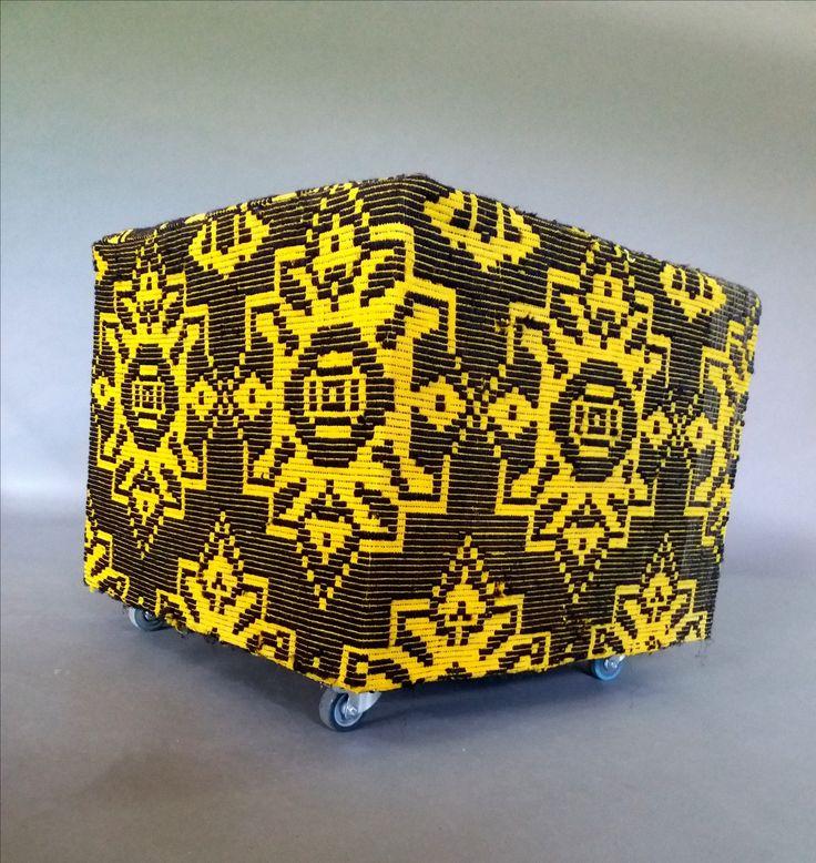 Cub imbracat intr-o tesatura traditionala, cu o dubla utilitate- masa sau taburet. #metalcreativ #traditional #romanesc #amenajariinterioare #homedecor #stool #table #fabric