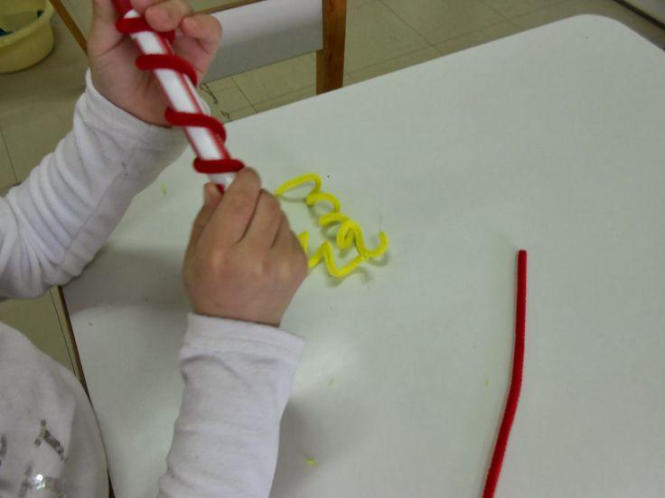 Φτιάξαμε τον κλόουν που χορεύει! Ζωγραφίσαμε με τέμπερες χάρτινα πιάτα ... ... στρίψαμε σύρμα πίπας ... ....