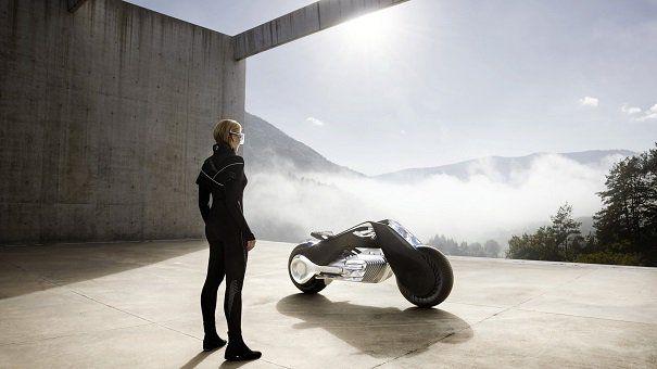 Le 11 octobre dernier à Los Angeles, le constructeur automobile BMW a présenté un prototype de moto futuriste que l'on pourra conduire sans casque. À l'occasion de son centi&...