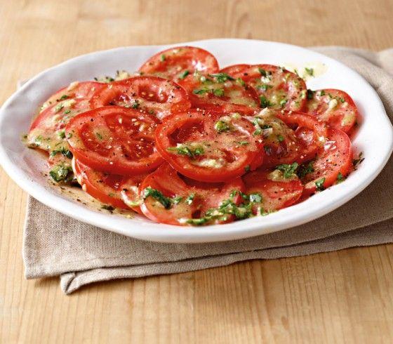 Tomatensalat: Der Klassiker schmeckt immer wieder gut. Hier wird er mit reifen Tomaten, Estragon und Petersilie zubereitet.
