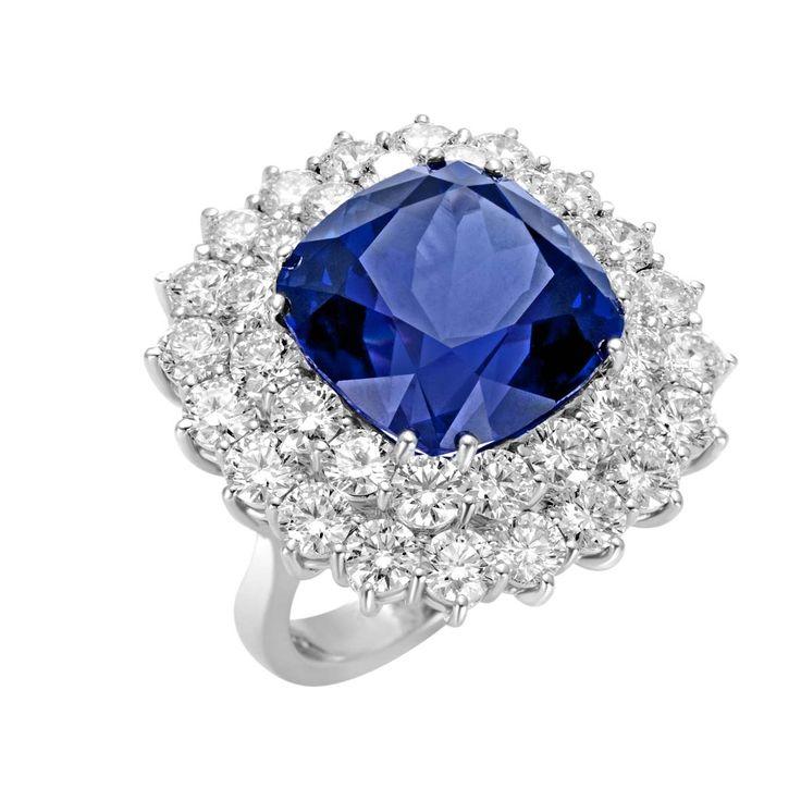Anello in oro bianco, tanzanite e diamanti. Ring in white gold , tanzanite and diamonds