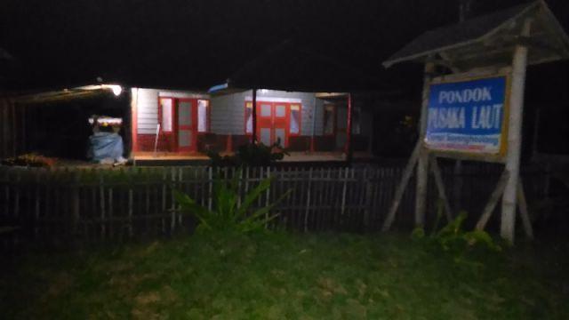 Kami menyediakan kamar tidur untuk menginap dengan fasilitas :  TV AC Dispenser Dll  Pantai Sayang Heulang Pameungpeuk Garut