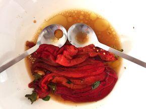 Liebe Leute, ihr habt schon meine Auberginen-Cremegeliebt. Nun kommt der Begleit-Salat dazu: Die sogenannten Ardei, also die geschmorten, eingelegten und gekühlten Paprika, die in Rumänien, meinem Geburtsland, Tradition sind. Der Paprika-Salat, rumänisch. Eine absolute Leckerei. Und so wird alles gemacht – super einfach. Am besten nehmt ihr die langen, spitzen Paprika: Übrigens, das ganze kann …