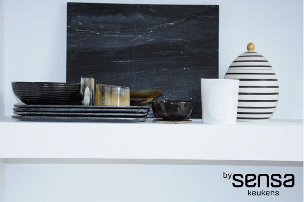 Witte planken in keuken I RAL 9016 I stuukwerk I marble I