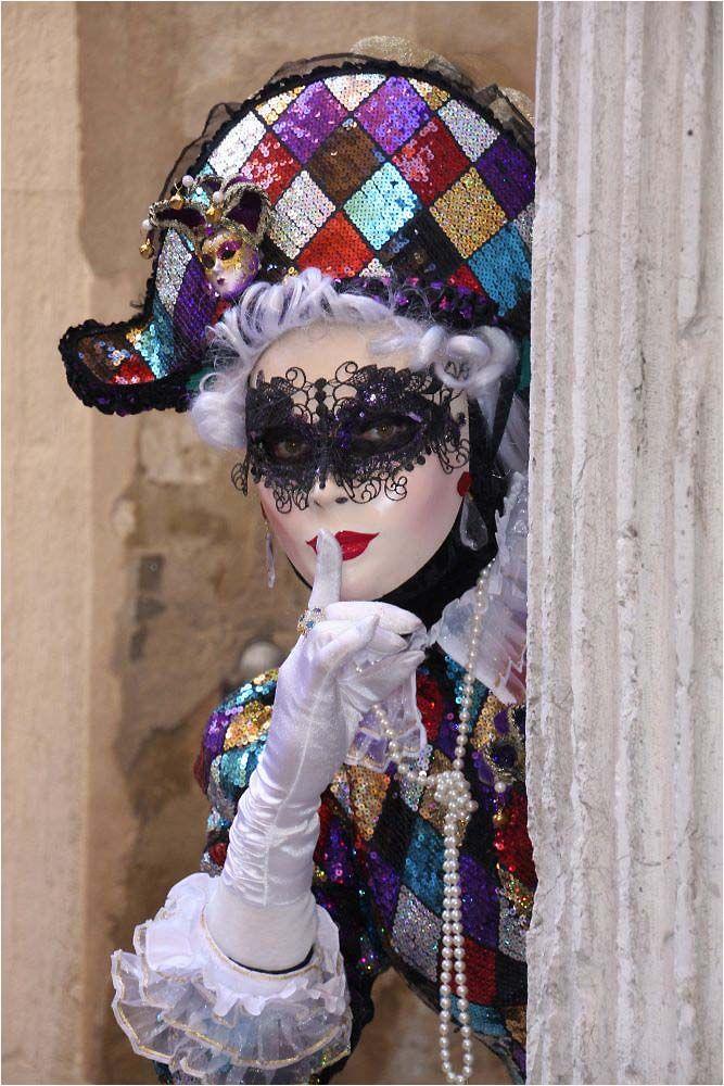 Rosenmontag in den Gassen von Venedig
