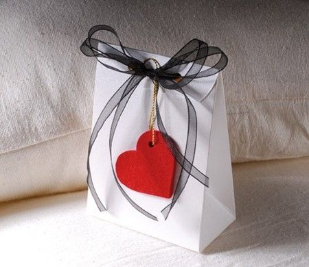 Cajita para regalo de San Valentín. La bolsita más romántica para presentar tu regalo. Añádele algún corazón y conquístala. ¡Mira qué idea más romántica!