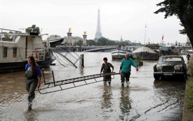 In Francia e Germania, almeno 5 morti. A Parigi la Senna fa paura chiuso il Louvre Il maltempo flagella Francia e Germania. Almeno cinque persone sono morte a causa delle inondazioni. La situazione peggiore si registra in particolare in Baviera dove, nel centro di Simbach am Inn, t #senna #parigi #morti