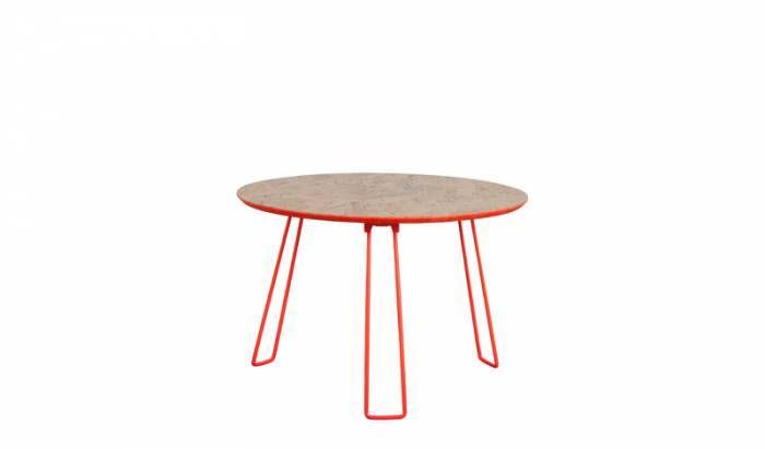 Bijzettafel Side Table OSB L Fluor Oranje  Description: Het tafelblad van de Bijzettafel Side Table OSB L Fluor Oranje is gemaakt van OSB. Deze materiaalsoort bestaat uit een samenstelling van verschillende soorten houtschilfers. Hierdoor heeft de tafel een landelijke uitstraling. Om het geheel een moderne aanblik te geven heeft de ontwerper gekozen voor gekleurde metalen poten. De poten zijn inklapbaar waardoor de tafel makkelijk te verplaatsen is. Plaats er leuke woonaccessoires op of een…