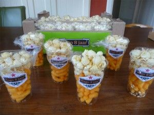 Leuk gedaan. Glas bier van chips en popcorn.