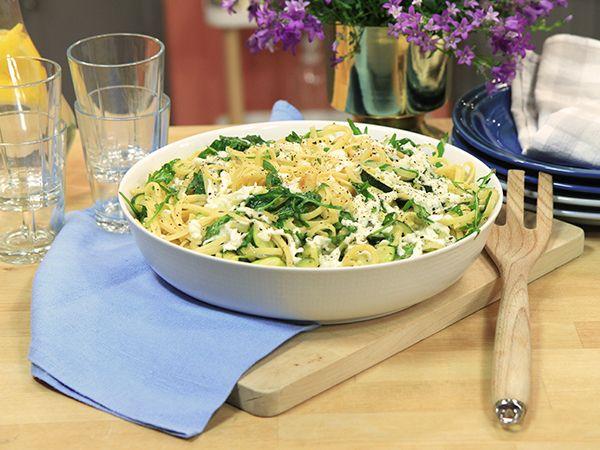 Pasta med zucchini, vitlök och mozzarella | Recept.nu