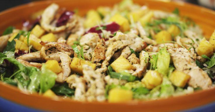 Zodra het zonnetje de kop opsteekt, krijgt een mens trek in een frisse salade. Jeroens slaatje met gemarineerde ananas en kruidige reepjes gebakken kip is dan de perfecte complete maar lichte maaltijd.extra materiaal:een broodmeseen rasp