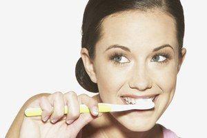 Dents - décoloration - Guillaume Sauzereau - Dents blanches : quels méthodes pour blanchir ses dents ? - Il faut savoir que l'éclaircissement des dents s'effectue à partir de deux produits chimiques, du peroxyde d'hydrogène et de carbanide, qui, appliqués sur la dent, vont pénétrer à l'intérieur...