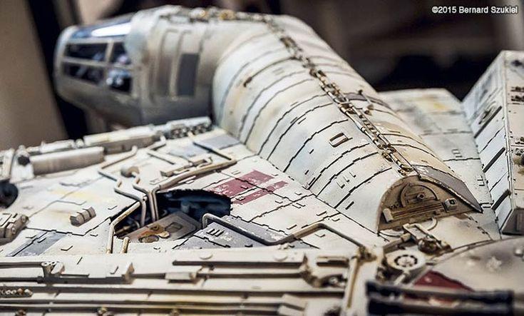 Une impressionnante maquette en papier ultra-détaillée duFaucon Millenium, célèbre vaisseau issu de l'univers Star Wars, fabriquée par l'artiste polonais