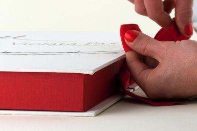 Mani sapienti...  Seguiteci su http://www.bandecchievivaldi.com #Arte #Typography #Cataloghi #Graphic Design #Photography #Fotografia #PhotoBook