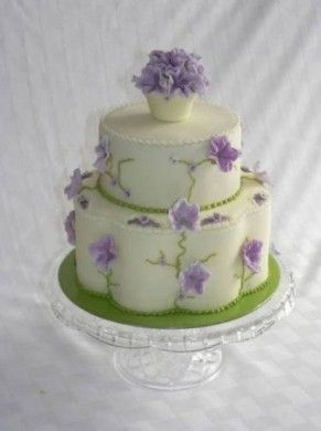 Torta con fiori di pasta di zucchero. - Torta decorata con fiori di pasta di zucchero.