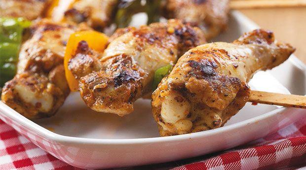 Acılı Izgara Tavuk Kanat Hazırlanışı Çukur bir kabın içine tavuk kanatlarını Ülker Ducros Izgara ve Mangal Acılı Kanat Terbiye Çeşnisini, sıvı yağı ilave edin. Tüm malzemeyi iyice karıştırın ve baharatın tadının kanatlara geçmesi ve daha lezzetli olması için en az 1 saat buzdolabında bekletin. Tavuk kanatlarını, irice doğramış olduğunuz sarı ve yeşil biberi şişe geçirin. Mangalda iyice pişirin. Baş soğanları enine ikiye kesin. Üzerlerine zeytinyağı gezdirin ve mangalda kızartın. Pişirmiş…