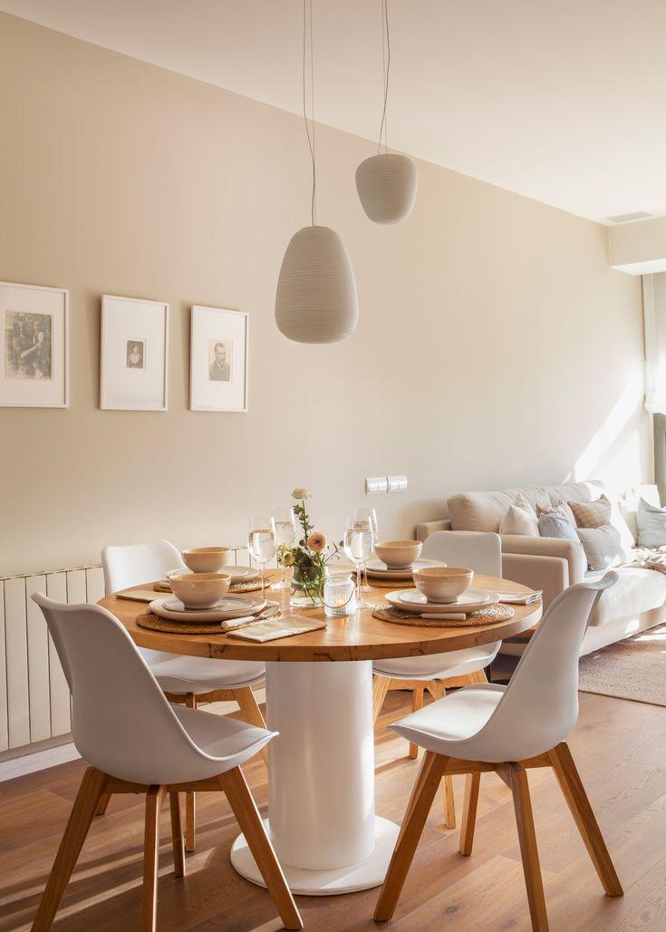 Mesa de comedor redonda. Todo en madera y blanco. Dos lámparas de techo 00429290 O