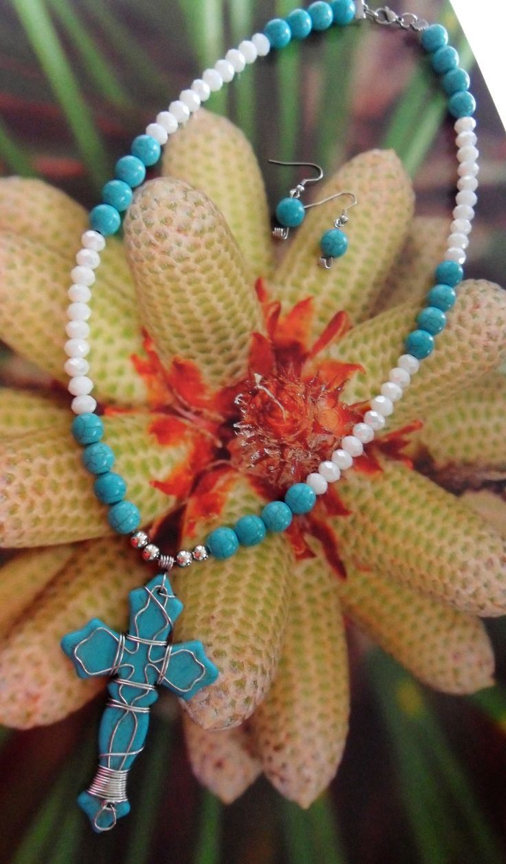 Collar de cruz decorada con la tecnica de alambrismo en acero con piedras howlita y murano