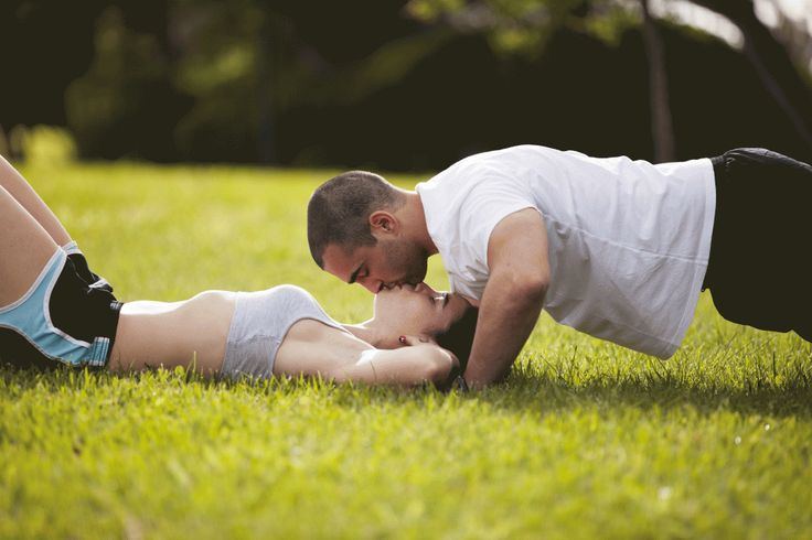 A couple workout together for the Big Day! For more wedding diet and workout tips visit www.smartgroom.com #coupleworkout #weddingworkout