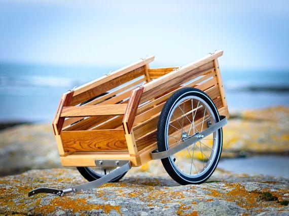 Wenn die Papas am Vatertag wieder durch die Pampa radeln, dann darf dieser coole Holz-Anhänger nicht fehlen. Gibt es bei Etsy.