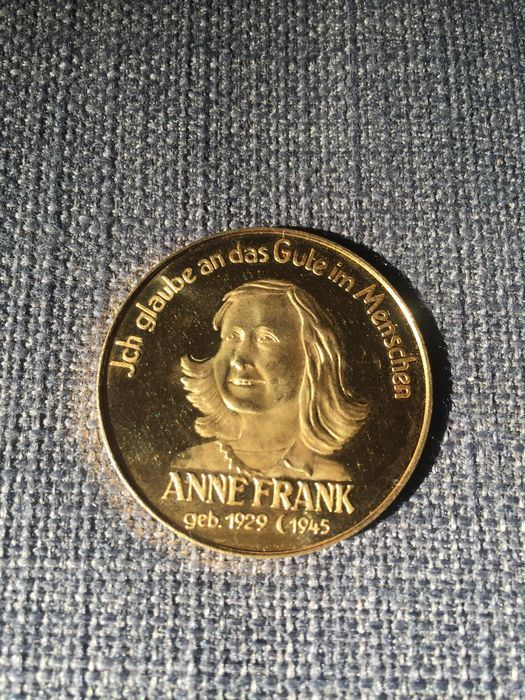 Duitsland - Anne Frank's gouden medaille.  Duitsland. Anne Frank's medaille. In goud het meten van 37 cm en weegt 1572 g.Omkeren van kant: bloemen met inscriptie 'In Memoriam Omnium In Bello Defuntorum Jnfantium'.Voorzijde kant: Anne Frank met inscriptie 'Ich glaube een das Gute im Menschen'.In perfecte staat.  EUR 100.00  Meer informatie