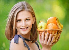 Какие овощи и фрукты выбрать при повышенном креатинине в крови? Пациентам с повышенным креатинином в крови надо соблюдать диету, чтобы замедлить прогрессирование болезни почек и уменьшить нагрузки на почки. Ну какие овощи и фрукты надо выбрать при высоком креатинине? Полезные овощи: Огурец, салат, цветная капуста и морковь Полезные фрукты: