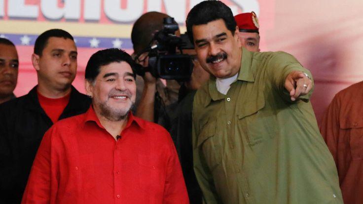 Maradona firma contrato con Telesur y prevé jugar fútbol con Maduro /  Caracas.- Diego Armando Maradona suscribió un contrato con el canal chavista Telesur para animar un programa del Mundial de 2018 y anunció que jugará fútbol este martes con el presidente Nicolás Maduro. En una sorpresiva visita a Caracas, el exfutbolista argentino acudió a un acto oficial encabezado por Maduro el lunes.